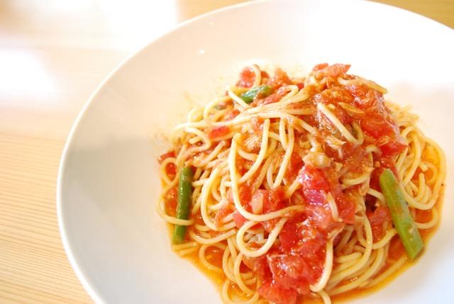 ツナとトマトソースの冷製スパゲッティー小菅野菜添え
